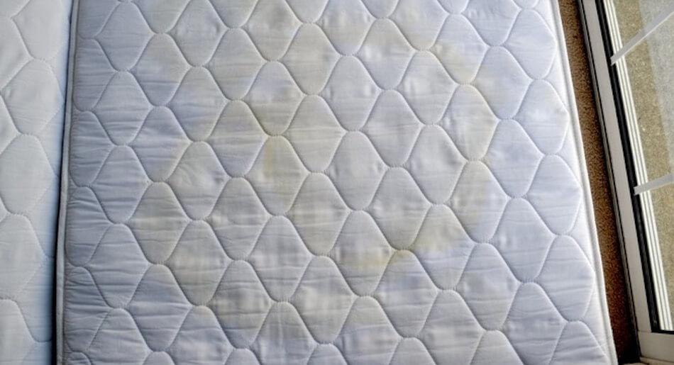 heb je een matras dat onder de vlekken zit? verwijder ze eenvoudig