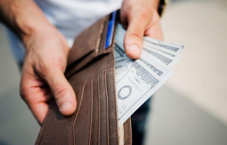 Goede Portemonnee.Man Verliest Portemonnee En Krijgt Hem Terug Met Meer Geld Erin